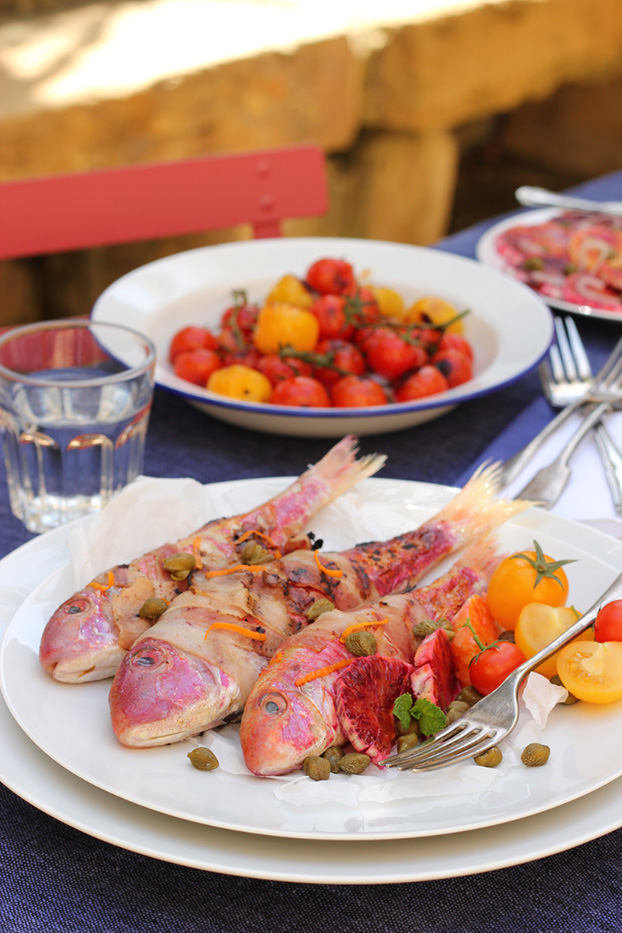 Triglia alla griglia. Red mullet grilled with capers and oranges